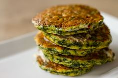Spinach pancakes by Greek chef Akis Petretzikis. Delicious spinach pancakes with aromatics. Try them for breakfast, brunch or any time of day for a snack! Frozen Fruit Smoothie, Fruit Smoothies, Smoothies For Kids, Breakfast Smoothies, Greek Recipes, Whole Food Recipes, Spinach Pancakes, Chocolate Smoothie Recipes, Waffle Sandwich