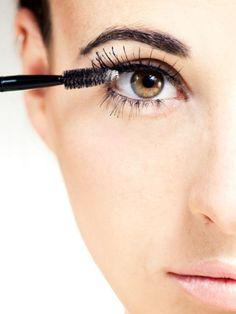 Wir zeigen Ihnen sechs Profi-Tricks, mit denen Ihre Wimpern dichter und länger werden. Vom schnellen Hilfsmittel wie Mascara über Ausgefallenes wie eine Wimpernwelle bis hin zu Aufwendigem wie einer Echthaar-Transplantation.