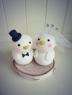 This tutorial shows you how to make a love birds wedding cake topper to decorate your wedding cake.
