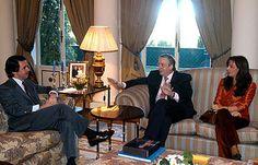 Aznar junto al presidente de Argentina, Néstor Kirchner y su esposa, Cristina Fernández, quien en 2007 le sucedería en la presidencia. Foto tomada en el Palacio de la Moncloa, enero de 2004.
