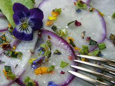 lifestyle in grün: Carpaccio vom Mairübchen mit Macadamianussöl und Blütenkonfetti