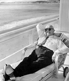 A candid shot of Hollywood legend Stan Laurel relaxing at his Malibu apartment, circa Laurel And Hardy, Stan Laurel Oliver Hardy, Great Comedies, Classic Comedies, Classic Films, Golden Age Of Hollywood, Hollywood Stars, Old Hollywood, Celebrity Yearbook Photos