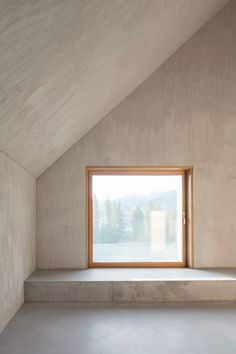 Malgré le béton omniprésent, l'intérieur se veut chaleureux et accueillant comme un chalet traditionnel.