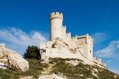 No sabemos qué tienen los castillos, que nos atraen irremediablemente. Debe ser su magia, su historia o su romanticismo. Los muros, torreones y atalayas de estas fortalezas han sido testigos de batallas, leyendas, enfrentamientos y también reconciliaciones. ¡Ay! si sus piedras hablaran... Para conocer un poco más nuestra historia y ¿por qué no?, ponernos un poco románticones, visitamos algunos de los castillos más hermosos e imponentes de nuestra geografía.