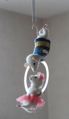 Souris blanches acrobates en laine feutrée .