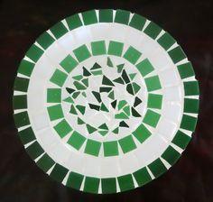 Banco de madeira pequeno em mosaico, com tampo confeccionado com pastilhas de vidro.