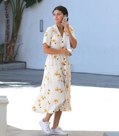 Selena Gomez Floral Shirt Dress September 2018 Selena Gomez Mastered the Art of Wearing a Casual Shirt Dress With Her Shoes Alone POPSUGAR Fashion Photo 2 Fashion Foto, Fashion Guys, Spring Fashion Outfits, Autumn Outfits, Fashion Shoes, Fashion Dresses, Floral Shirt Dress, Midi Shirt Dress, Floral Sundress