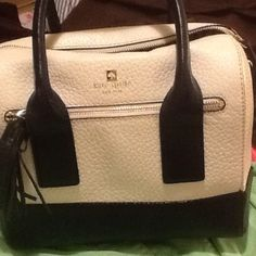 KATE SPADE....LIKE NEW PURSE White and Blue Kate spade purse with tassel. gently used, a few marks on interior, very light, and 1 light mark on outside otherwise a like new bag. perfect for the nautical look!!!!comes with long shoulder strap too and dust cover. perfect for those nautical looks this spring/summer kate spade Bags Shoulder Bags