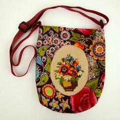 Tas met borduurwerk van boeketje.
