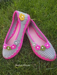 This Pin was discovered by HUZ Today, we are going to teach you how to crochet these lovely women's shoes on soles. Crochet Slippers, Knit Crochet, How To Dye Shoes, Slipper Socks, Sock Shoes, Crochet Projects, Hand Embroidery, Crochet Patterns, Knitting