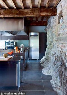Une cuisine adossée à la pierre