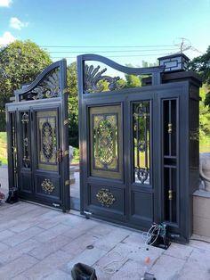 Gate Wall Design, Main Gate Design, House Gate Design, Gate Ideas, Wrought Iron Doors, Main Door, Garden Pool, Pool Designs, Fence