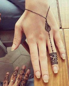 Fotos der Vorbilder von Henna am Körper und der Herstellung von . - henna design on body طراحی حنا روی بدن - Henna Tattoo Designs Simple, Finger Henna Designs, Bridal Henna Designs, Unique Mehndi Designs, Mehndi Designs For Fingers, Beautiful Henna Designs, Latest Mehndi Designs, Geometric Designs, Easy Henna Hand Designs
