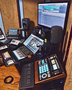 musicianlifeofficial_57447344_824516757924507_7242681360772184883_n @musicianlifeofficial #devenirbeatmaker #homestudio #hardware #beatmaker #beatmaking #compositeur #musicproducer #productionmusicale #musicproduction #audio #studiotour #producerdesk #bedroomproducers Dream Music, Recording Studio Design, Studio Setup, Home Studio, Office Phone, Landline Phone, Instruments, Audio, Hardware
