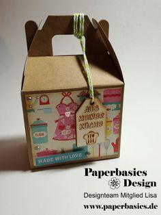Grüße aus der Küche  Ein Projekt unseres DT-Mitgliedes Lisa  Hallöchen! Heute habe ich diese schöne Box für euch.  Für diese Box habe ich folgendes verwendet:  ★ Box Rohling http://www.paperbasics.de/…/Rayher-Homemade-Goodies-Geschen…  ★ Halbperlen http://www.paperbasics.de/…/Trimcraft-Selbstklebende-Halbpe…  ★ Lasercut Aus meiner Küche http://www.paperbasics.de/…/paperbasics-holz-anhaenger-tag-…  ★ Echo Park Collektion Kit Happiness is Homemade…