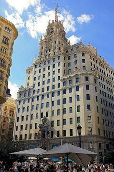 Echo de menos! Caminar por la calle, horchata de chufa, granizado de limón, Madrid es increíble! MADRID / Gran Vía (Edificio de Telefónica).