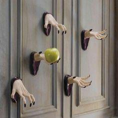 Décoration Halloween porte d'entrée avec des mains horribles