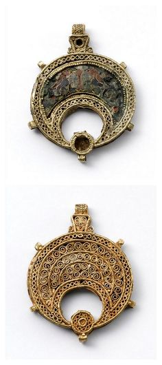 Crescent-shaped collar element. Enamel , filigree , granulation , gold. Egypt 11-12th Century. | Photo (C) RMN-Grand Palais (musée du Louvre) / Jean-Gilles Berizzi