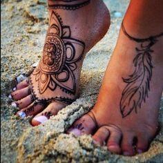 Tatouage femme Mandala et plume Noir et gris sur Cheville