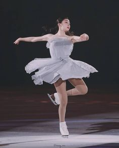 The Best Ice Skating Photos La Bayadere, Kim Yuna, Pose Reference Photo, Ice Skaters, Ice Dance, Olympic Champion, Figure Skating Dresses, Action Poses, Roller Skating