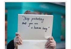 Mulheres reproduzem frases ditas por homens que as estupraram - Fotos - R7 Internacional