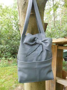 Grote grijze echt leren tas. Met strik. JANET Handgemaakte tassen op FB.