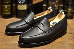 Guia: Penny-Loafers  #moda #modamasculina #modaparahomens #pennyloafers #loafers #sapatos #calçados #ondecomprar #menswear #johnlobb