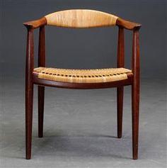 Køb stole - danske klassikere, antikke, moderne - Hans J. Wegner. Armstol, model JH501 'The chair / Den runde stol' af teak med fletværk - DK, Helsingør, Støberivej