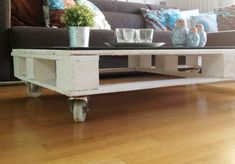 How to make a coffee table from a pallet? – How to make a coffee table from a pallet? Coffee Table Plans, Coffee Table With Wheels, Diy Coffee Table, Decorating Coffee Tables, Diy Home Furniture, Diy Furniture Projects, Pallet Furniture, Furniture Design, Diy Living Room Decor