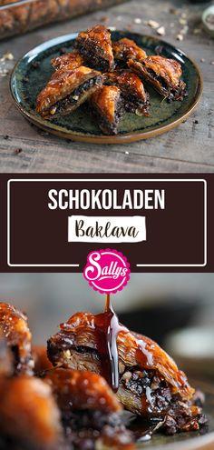 Das Schokoladen Baklava ist meine orientalische Version des Nusszopfes. Ich habe es mit Haselnüssen, Kakao und Kakaonibs zubereitet und mit Zimt und einer Prise Tonkabohne verfeinert. Natürlich darf der typische Zuckersirup nicht fehlen. Hierzu könnt ihr auch gerne mal Kokosblütenzucker ausprobieren. #sallyswelt #baklava #sally #schokolade #sally #schokoladenbaklava #ramadan #chocolate