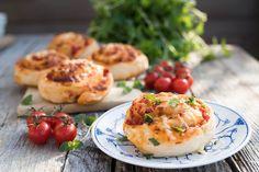 Oppskrift på hjemmelagde pizzasnurrer | Coop Marked Norwegian Food, Norwegian Recipes, Baked Potato, Pizza, Potatoes, Baking, Ethnic Recipes, Potato, Bakken