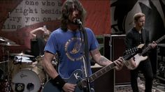 """Dave Grohl Honors Kurt Cobain With A """"K"""" On His Guitar On The Anniversary Of His Death"""