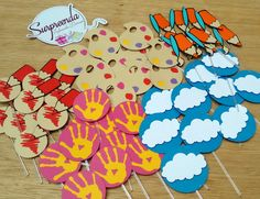 Kit com 50 Toppers - Aquarela    O kit compõe de:    10 Unidades: Paleta  10 Unidades: Mão  10 Unidades: lápis e pincel  10 Unidades: Lápis pintando  10 Unidades: Nuvem      Produzido em papel color plus 180  livre de ácido  scrapbook    Varetas com 2 tamanhos