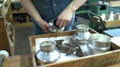 Metalldrücken ( Metal Spinning of aTeapot) eines Teekannen-Korpus in Sil...