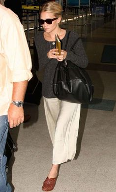 Look de aeroporto de Mary-Kate Olsen com cullotes branca.