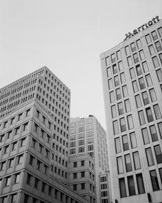 Berlin auf Fuji Acros 100, gescannt von Carmencita Film Lab, Fotografiert mit der Mamiya 645 Mittelformatkamera  #Film #Filmphotography #analog #analogphotography #analogefotografie #architecture #berlin #minimal #blackandwhite