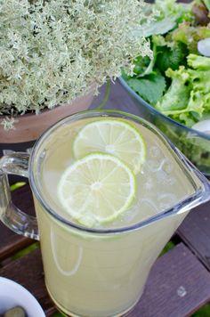 Super leckerer Eistee zum Selbermachen mit Ingwer, grünem Tee, Honig und Limetten. Super erfrischend für jede Sommerparty. Noch mehr tolle Rezepte gibt es auf www.Spaaz.de