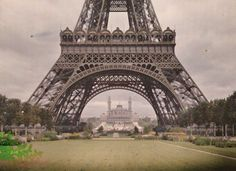 Torre Eiffel e ao fundo o antigo Palais du Trocadéro, demolido em 1935 e onde funcionava uma sala de espetáculos, o Museu dos Monumentos Franceses e o Museu da Etnografia.