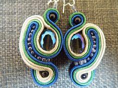 Fantazyjne kolczyki z koralikami w różnych rozmiarach. / Fanciful earrings with beads of different sizes.