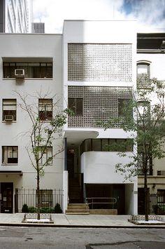 william lescaze house - new york - william Lescaze - 1934 Arch House, Facade House, Facade Architecture, Classical Architecture, Architecture Triangle, Architecture Colleges, Facade Design, House Design, Fachada Colonial