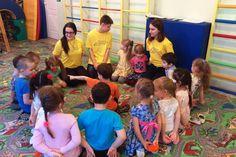 Волонтеры добровольческого отряда «МОСТ» играют с дошколятами в «Игры народов мира»