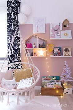 Mädchenzimmer mit gemütlichem Makramee-Hängesessel und Weihnachtsdeko