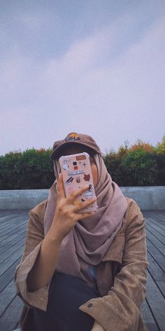 #fashion #streetstyle #hijabstyle #hijab #style #casual #hat #goundry #chocolate #phone #case #phonecase #travel Cute Girl Photo, Girl Photo Poses, Girl Photography Poses, Girl Photos, Stylish Hijab, Casual Hijab Outfit, Hijab Chic, Hijabi Girl, Girl Hijab