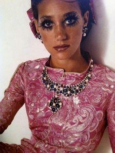Marisa Berenson in Chanel- Vogue 1969 Photo by Gianni Penati 70s Fashion, Fashion History, Fashion Models, High Fashion, Vintage Fashion, Style 70s, My Style, Pantalon Elephant, Flower Power