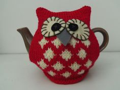 Tea cozy (No pattern available with this pin) Owl Crafts, Yarn Crafts, Crochet Geek, Knit Or Crochet, Owl Patterns, Knitting Patterns, Knitting Projects, Crochet Projects, Teapot Cover