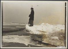 Vrouw op ijsschots op het strand van Scheveningen