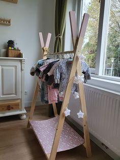 Verkrijgbaar vanaf 60 euro. Baby- en kinderkleertjes zijn zo schattig, dat je er al snel behoorlijk wat van hebt. Dan heb je natuurlijk ook ruimte nodig om ze netjes weg te hangen. Hiervoor kan je uitstekend een kast gebruiken, maar dit kledingrekje biedt een heel leuk alternatief. Zeker als je weinig ruimte hebt in de babykamer.