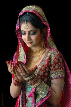 Indian muslim bride wearing bridal lehenga and jewelry. Pakistani Bridal Dresses, Indian Bridal Wear, Asian Bridal, Indian Dresses, Bride Indian, Wedding Dresses, Beautiful Indian Brides, Beautiful Bride, Fashion Mode