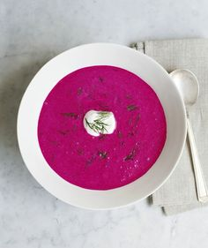 A Chilled Summer Soup That Isn't Gazpacho. Beet and Cucumber Soup. Made with Greek Yogurt and Fresh Dill it sounds delicious, looks gorgeous and easy and is healthy!but I'd make mine chunky. Beet Soup, Soup And Salad, Cucumber Soup Cold, Beet Borscht, Gazpacho Recept, Gazpacho Soup, Cucumber Yogurt, Chilled Soup, Just Cooking