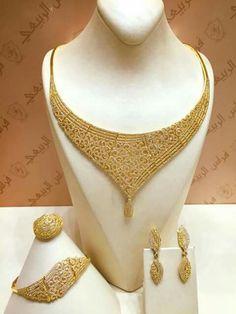 Golden jewellery Gold Bangles Design, Gold Jewellery Design, Pendant Jewelry, Jewelry Sets, Beaded Jewelry, Vetement Fashion, Golden Jewelry, Necklace Designs, Bridal Jewelry